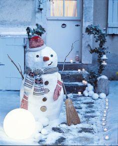Un bonhomme de neige fait avec des bandes de plâtre sur une structure en grillage