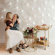 This sweet holiday engagement shoot is making us feel all warm + fuzzy this morning. See it #onGWS {link in bio!} 💍 ❤️ photog: @cassierosch