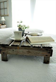 Un plateau en palette pour prendre le petit déjeuner au lit