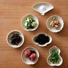 和食の割烹や懐石料理屋さんに行くと、八寸や御箸染が綺麗な器に盛りつけられて運ばれてきます。 美しい盛り付けにウットリすることもしばしば。そして、そこに登場する様々な『豆皿』の可愛らしさやらユニークな表情にもワクワクさせられます。そんな豆皿は、紹介本も登場するなど昨今人気急上昇。有田焼や九谷焼、憧れの焼き物も豆皿なら手軽に取り入れられそう。今回は、豆皿を上手に使った盛り付け例や素敵な豆皿を扱うショップをご紹介します。豆皿コレクション、益々増えそうな予感!通販のご紹介もあります。