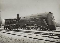 Oude en nieuwe locomotief op het spoor bij Utrecht. Alhoewel, het begrip oud en nieuw is ook maar relatief....