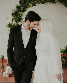Hijabi Wedding, Muslimah Wedding Dress, Muslim Wedding Dresses, Hijab Bride, Black Wedding Dresses, Niqab, Wedding Couple Photos, Cute Muslim Couples, Wedding Couple Poses Photography