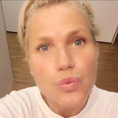 """Xuxa aparece sem maquiagem em vídeo de """"boa noite"""" e assusta fãs no Instagram!"""