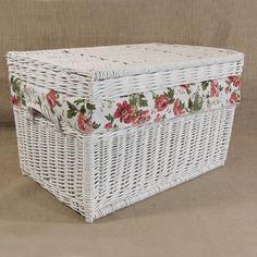 Wiklinowy kufer z płaskim wiekiem - biały z obszyciem (czerwone róże)
