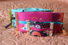 These amazing pouches lie completely flat for storing and travel or can be stuffed full to expand up to inches deep - kind of like a popcorn bag! They are perfect for gift-giving or even for holding sewing notions, small knitting projects, and even fem. Cute Quilts, Baby Quilts, Quilting Tutorials, Quilting Projects, Sewing Projects, Small Knitting Projects, Sew Together Bag, Log Cabin Quilt Pattern, Popcorn Bags