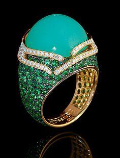 Mousson Atelier, collection New Age - Fuji, Yellow gold 750, Chrysoprase 21,40 ct., Tsavorites, Diamonds