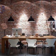 Zwarte hanglampen kantoor, witte stoelen, Apple iMac, metselwerk muur. #kantoor #hanglamp #hanglampen #office #pendant #pendantlight #imac