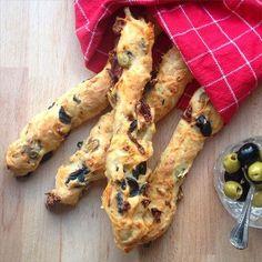 Diese luftigen und knusprigen Ciabatta-Stangen machen sich super zum Grillen, fürs Buffet oder als deftiger Snack zwischendurch. Gefüllt mit herzhaften Oliven und fruchtigen Tomaten sind sie sowohl warm und frisch aus dem Ofen als auch abgekühlt und durchgezogen ein Genuss!