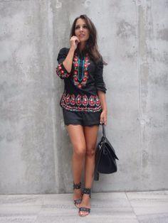 Paula Echevarría: camisa de FLAMENCO, shorts de ZARA, sandalias de SU-SHI y bolso CELINE.