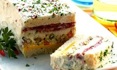 Sanduíche de salame com cobertura de creme de ricota