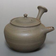 Yakishime teapot by Jinpachi #japanesepottery #japaneseceramics #ceramics  #pottery #wabicha #tea #greentea #teatime #kyusu #kyuusu #teapot #sencha #wabipot #teaaddict
