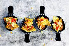 Deze nacho's willen wij allemaal in ons pannetje tijdens het gourmetten | Girlscene.nl | Bloglovin' Fondue, Gourmet Recipes, Vegetarian Recipes, Snack Recipes, Nachos, Food Film, Fabulous Foods, Appetizers For Party, Tortilla Chips