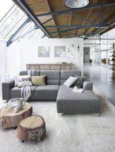 (Vloerkleed, kussentjes, tafeltjes van boomstammen) Hoekbank Dalmine van Profijt Meubel. Bestel hier gratis het Woonmagazine van Profijt Meubel #hoekbank #meubels