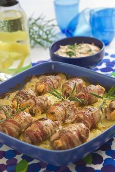 Baconlindade kycklingrulader på potatisbädd med morotstsatsiki. Det ser gott ut ... måste provas!