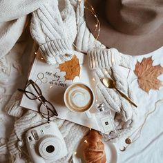 autumn photography flatlay tips and inspiration - autumn Flat Lay Photography, Autumn Photography, Book Photography, Portrait Photography, Cozy Aesthetic, Autumn Aesthetic, Flat Lay Inspiration, Autumn Inspiration, Flatlay Instagram