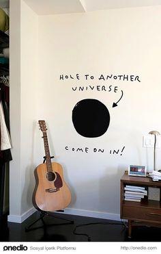 Salonun ortasında başka bir gezegene götüren karadelik!