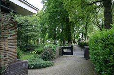 Vanuit de voortuin van Eikenlaan 4 loop je direct het groen in. #garden #tuin