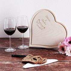 Zu einem gemütlichen Abend zu zweit gehört einfach ein gutes Glas Wein. Doch da man Alkohol nicht auf leeren Magen trinken soll, darf etwas zu Essen natürlich auch nicht fehlen. Deshalb besteht dieses Geschenkset aus zwei Weingläsern und einem großen Holzbrettchen in Herzform.