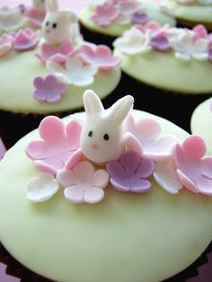 bunny in flowers cupcake by Sharon Wee Creations Bunny Cupcakes, Easter Cupcakes, Cute Cupcakes, Cupcake Cookies, Cupcake Wars, Cake Pops, Cake Decorating Icing, Decorating Ideas, Easter Bunny Eggs