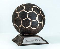 Statuetka piłka dla Bramkarza Roku wykonana z mocno wypalanego drewna