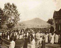 1896년 11월. 독립문 기공식. 뒤로보이는 산이 남산.