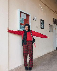 9 Right Tricks Combining Plaid Motif Pants To Be Even More Sweet. Modern Hijab Fashion, Street Hijab Fashion, Hijab Fashion Inspiration, Muslim Fashion, Ootd Fashion, Modest Fashion, Korean Fashion, Hijab Casual, Ootd Hijab