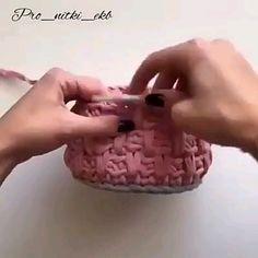 Porta trecos em crochê Do a round of SC after the pattern round. Aprenda a fazer porta trecos em crochê Diy Crochet Basket, Crochet Basket Pattern, Crochet Stitches Patterns, Crochet Hooks, Gilet Crochet, Knit Crochet, Couture Cuir, Crochet Flower Tutorial, Crochet Videos
