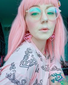 The weekend is almost upon us, fresh hair ✔️ @missloreleirose used Frosé with a drop of Virgin Pink 🥰