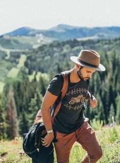 Rugged summer outfit inspiration with a tan fedora chorcoal gray t printed Hipster Outfits, Hipster Fashion, Trendy Outfits, Hipster Stil, Moda Hipster, Rugged Style, Summer Hiking Outfit, Hiking Dress, Mens Fashion Suits