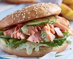 Rezept: Pulled Lachs-Burger mit Honig-Senfcreme