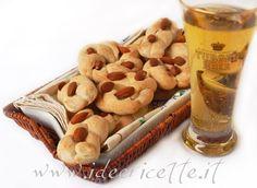 I taralli 'nzogna e pepe (sugna e pepe) sono un tipico aperitivo napoletano realizzato a base di farina, lievito, mandorle, sugna, sale e pepe.