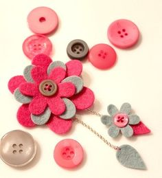 Cute felt brooch that could easily be used as a page embellishment instead. Or hair bow Diy Arts And Crafts, Felt Crafts, Fabric Crafts, Sewing Crafts, Felt Flowers, Diy Flowers, Fabric Flowers, Felt Headband, Felt Embroidery
