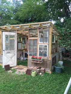 Green house using repurposed doors and windows in SUX. Diy Greenhouse Plans, Window Greenhouse, Backyard Greenhouse, Backyard Landscaping, Backyard Projects, Outdoor Projects, Back Gardens, Outdoor Gardens, Big Indoor Plants