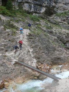 Ponte no fundo do desfiladeiro de Fanes, na via ferrata Lucio Delaiti, no Parque Natural Regional das Dolomitas de Ampezzo, província de Belluno, Itália. Fotografia: Llorenzi.    - Wikipedia