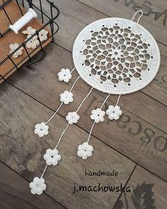 [New] The 10 All-Time Best Home Decor (Right Now) - DIY by Rhonda Rios -  Łapacz snów...ale tym razem zupełnie do niego niepodobny bardziej spokojny i delikatny bo wykonany z cieniutkiego białego kordonka... z przeznaczeniem jako zapomniana już dekoracja okienna lub ścienna... #bohostyle #dreamcatcher #bohowalldecor #łapaczsnów #rękodzieło #crochet #szydełko #dekoracjewnętrz #dekoracjeokienne #wallhanging #decoration #homedecor #wystrójwnętrz Dyi, Dream Catcher, Knitting, Handmade, Wedding, Design, Home Decor, Mandalas, Tejidos