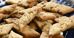 Barnsligt goda sega kolasnittar med hackad daim i. Det är tur de är så lättbakade, för de går åt i en rasande fart! Norwegian Food, Bun Recipe, Sweet Pastries, Food Cakes, Biscuit Recipe, Kitchen Recipes, I Love Food, No Bake Cake, Cookie Recipes