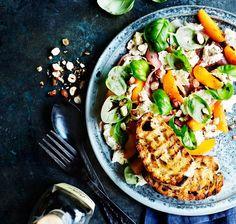 Kalenderen siger endelig forår. Det betyder at vinterens lidt grovere salater med kål og rodfrugter, bliver skiftet ud med friske og sprøde salater med masser af smag og grønt. Her får du fem forårssalater, som kun kan give dig masser af forårsfornemmelser.