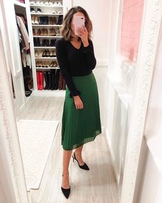 57 Classy Pleated Skirt Outfit Ideas For Fall You Should Already Own - Denim Skirt Outfits, Casual Dress Outfits, Business Casual Outfits, Modest Outfits, Classy Outfits, Modest Fashion, Fashion Outfits, Pleated Skirt Outfit Casual, Casual Work Attire