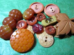 "(18) 1/2""-1&1/2""  BROWN TONE PLASTIC SHANK & 2-HOLE BUTTONS - ASSORTED Lot#GB663"