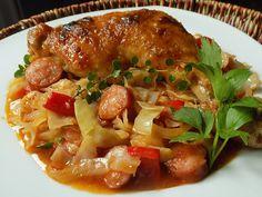 Kuře osolíme, posypeme kořením a obalíme v mouce. Zelí nakrájíme na kostičky, cibuli na klínky. Na tuku stehna zprudka opečeme z obou stran a... No Salt Recipes, Roasted Chicken, Poultry, Food And Drink, Healthy Recipes, Treats, Cooking, Ethnic Recipes, Decor