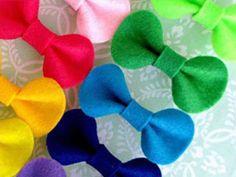 FELT BOWS {Simple Packaging Ideas}: Felt, glue and clothespins. Diy Bow, Diy Ribbon, Ribbon Crafts, Ribbon Bows, Felt Crafts Diy, Felt Diy, Felt Bow Tutorial, Simple Packaging, Packaging Ideas