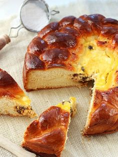 Pasca, Romanian Easter bread, is sweet, soft, enriched yeast bread baked in a springform pan with a cheese filling inside. Easter Bread Recipe, Easter Recipes, Yeast Bread, Bread Baking, Pan Rapido, Bread Recipes, Cooking Recipes, Braided Bread, Gourmet