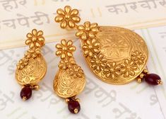 P N Gadgil & Sons Top Indian Jewellers,Latest designer & traditional collection of gold,silver & diamond jewellery. Buy online bangles,necklace,earrings etc Gold Earrings Designs, Gold Jewellery Design, Necklace Designs, Designer Jewellery, Gold Jewelry Simple, Golden Jewelry, Fancy, Jewelry Patterns, Bridal Jewelry