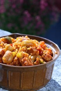 KUSKUS Jemně pálivá směs vhodná k přípravě tradičních arabských pokrmů kuskus a bulgur (částečně naklíčená, v páře uvařená, usušená a nahrubo nadrcená ... Korn, Fried Rice, Quinoa, Macaroni And Cheese, Fries, Ethnic Recipes, Bulgur, Mac And Cheese, Nasi Goreng