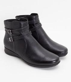 Bota feminina  Material: sintético  Com fivelinhas  Marca: Bottero     COLEÇÃO INVERNO 2017     Veja outras opções de    botas femininas.        Sobre a marca Bottero     A Bottero é uma das maiores fabricantes de calçados femininos do país. Seu objetivo é oferecer sapatos femininos com design, conforto e qualidade dentro do mesmo produto. Aqui nas Lojas Renner você encontra diversos modelos de sapatos femininos da Bottero como sapatilhas, scarpins, botas, rasteiras e sandálias, tudo com…
