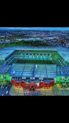 Mi equipo de futbol favourite es Celitc. Soccer Teams, Celtic Fc, Football Pictures, Football Stadiums, Kingfisher, Glasgow, Legends, Buildings, Club