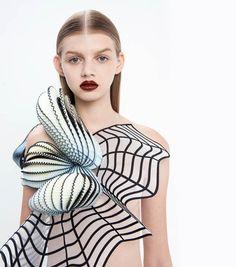 """Avec """"Hard Copy - Graduate Collection"""", le monde de la mode et du design rencontre une nouvelle fois les imprimantes 3D, dévoilant des formes étonnantes, géo"""
