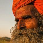 "Batranul gusta din tocanita si ofta. ""Off... daca viata ar ramane la fel de gustoasa..."" #india #culoare #fotografie"