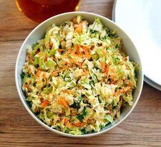 Surówka, którą często podaję do obiadu. Jest bardzo prosta i składa się tylko z kilku składników. Najlepiej przygotować ją co najmniej pół godziny przed podaniem i przechowywać w lodówce. Kapustę… Green Veggies, Vegetables, Healthy Salads, Healthy Recipes, Good Food, Yummy Food, Yummy Mummy, Polish Recipes, Fried Rice