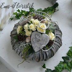 Cemetery Flowers, Christmas Arrangements, Funeral Flowers, Art Floral, Ikebana, Flower Art, Diy And Crafts, Christmas Wreaths, Succulents